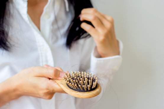 Autunno come prevenire la caduta dei capelli